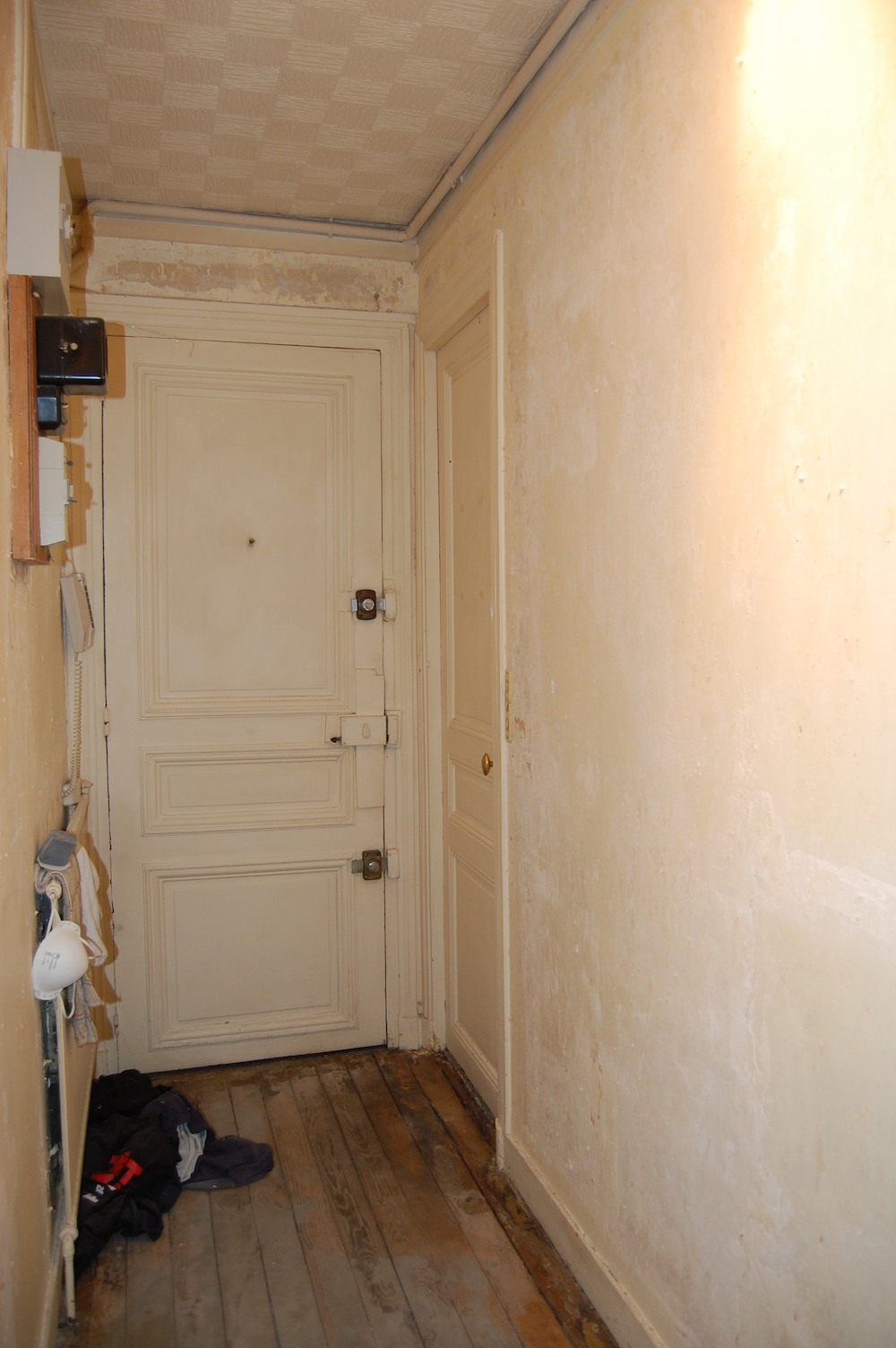 Couloir blanc et gris d coration forum la maison france 5 for Decoration maison france 5